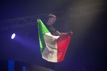 hardwell con bandiera italiana too loud @ rimini fiera foto michele gamberini