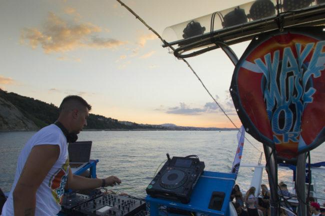 wave music boat foto di Michele Gamberini
