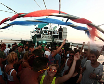 foto wave music boat